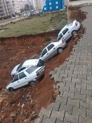 istinat duvarı çöktü park halindeki 6 araç devrildi
