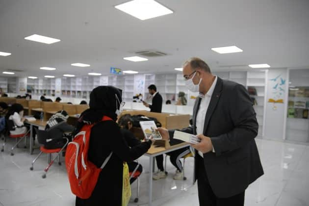 Başkan Canpolat'tan gençlere mehmet akif ersoy kitabi dağıtıldı